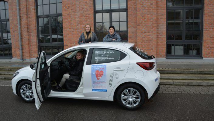 Die Mitarbeiterinnen von City-Autopartner Kolbermoor Lisa, Tina und Lena (von links) sind mit dem Spendenauto in Kolbermoor unterwegs. Den Mazda 2 gibt es dabei zu gewinnen. Foto: Rassow