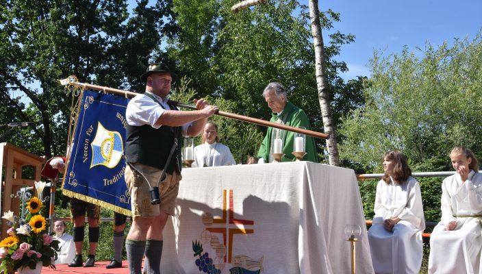 Pfarrer Andreas Maria Zach segnete die neue Vereinsstandarte des Burschenvereins Kastenau. Foto: Schlecker