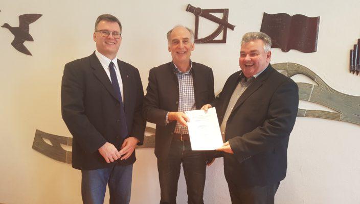Präsentation des Vertrags mit der Deutschen Telekom (von links): Frank Dentgen (Projektleiter Breitband Telekom), Norbert Kreier (Kommunalberater Telekom), Erster Bürgermeister Marinus Schaber