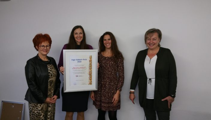 Nicole Schley (rechts), Präsidentin des Bezirksverbands Oberbayern der AWO mit den COBS-Mitarbeiterinnen bei der Übergabe des Inge-Gabert-Preises: Von links: Petra Beyer, Martina Willke und Sabrina Fassio. Foto: re
