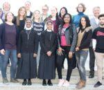 Schulleiterin Brigitte Kanamüller-Eibl (Erste von links), stellvertretende Schulleiterin Karin Wünsch (Zweite von links) und stellvertretender Pflegedirektor Hans Albert (Zweiter von rechts) begrüßten die neuen Auszubildenden herzlich.
