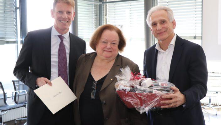 Geschäftsführer Dr. Jens Deerberg-Wittram (links) und Medizinischer Direktor Priv.-Doz. Dr. Christoph Knothe verabschiedeten Reinhilde Spies, die langjährige Qualitätsmanagementleiterin der RoMed Kliniken.