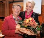 """Acht Jahre lang stand Inge Ilgenfritz (links) dem Verein """"Pro Arbeit"""" vor. Für ihr Engagement dankte ihr auch Oberbürgermeisterin Gabriele Bauer ganz herzlich."""