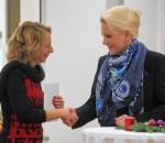 Oberbürgermeisterin Gabriele Bauer überreicht Marianne Guggenbichler, Geschäftsführerin des Kinderschutzbundes Rosenheim eine Spende von 1000,- Euro zugunsten des Kinder- und Jugend-, und Elterntelefons sowie der Mailberatung für Kinder und Jugendliche.