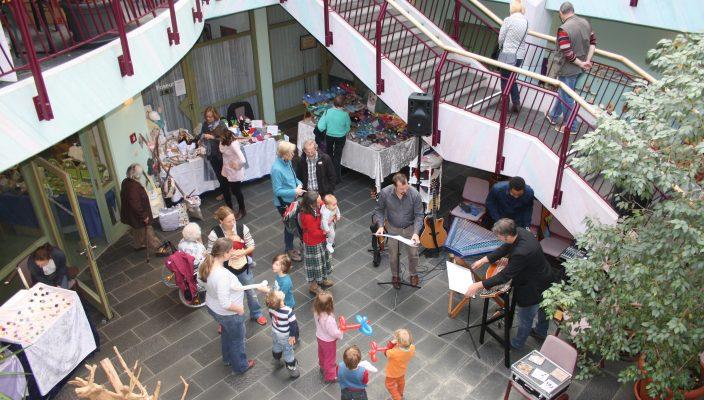 """Nützliches, Schönes und Künstlerisches beim """"Fest der Märkte"""" im Seniorenzentrum Novalis."""