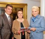 Michael Keneder, Christiane Elgass und Oberbürgermeisterin Gabriele Bauer (von links). Foto: Trux
