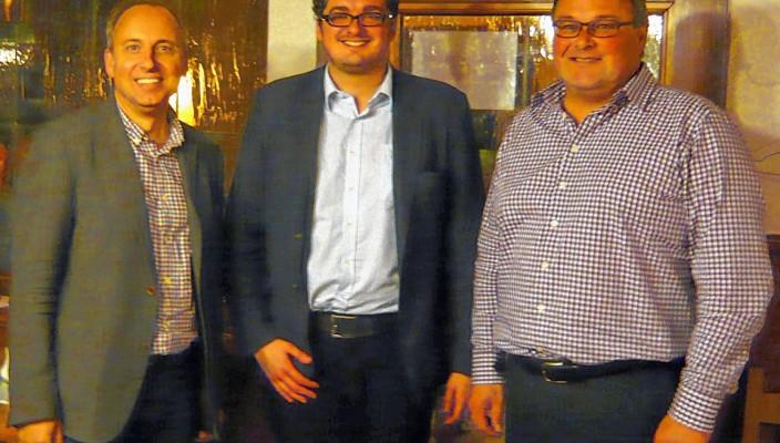 OB-Kandidat Robert Metzger (links), der neue OV-Vorsitzende Marcel Görmann, der bisherige OV-Vorsitzende Hans Fingernagel (rechts).