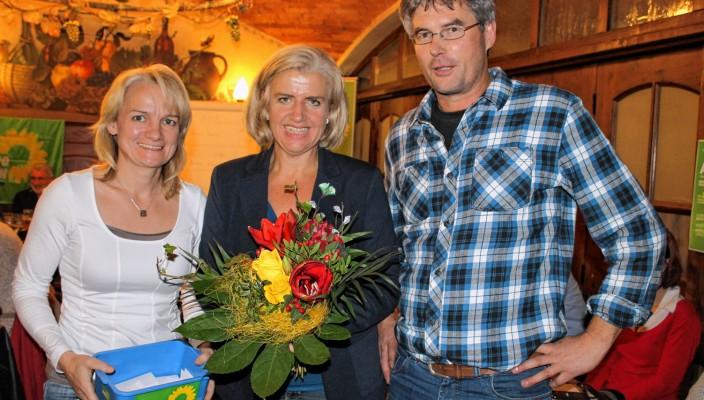 Glückwünsche für die frischgebackene Kandidatin Andrea Rosner (Mitte) gab es von Anna Rutz und Leonhard Hinterholzner vom Vorstand. Foto: Katharina Heinz