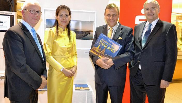 Rosenheims Zweiter Bürgermeister Anton Heindl (links) und Sparkassen-Vorstandsvorsitzender Alfons Maierthaler (rechts) mit Klaus Förg und seiner Frau Siriporn.
