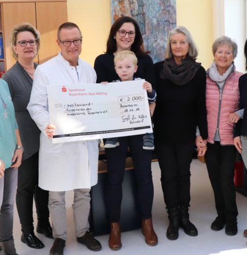 Der kleine Alexander überreichte den Scheck an Dr. Torsten Uhlig, Chefarzt der Klinik für Kinder- und Jugendmedizin am RoMed Klinikum Rosenheim.