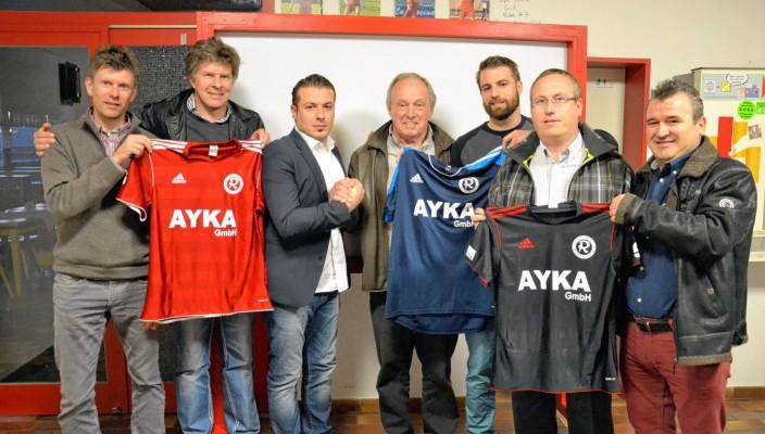 Auf eine gute Zusammenarbeit: Abteilungsleiter Hans Klinger und die neuen Sponsoren.