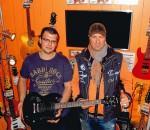 Michael Resch (links) freut sich über das tolle Instrument, handsigniert vom Gitarristen von Ozzy Osbourne. Sio Steinberger gratulierte dem Gewinner herzlich.