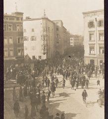 Massenversammlung auf dem Ludwigsplatz.