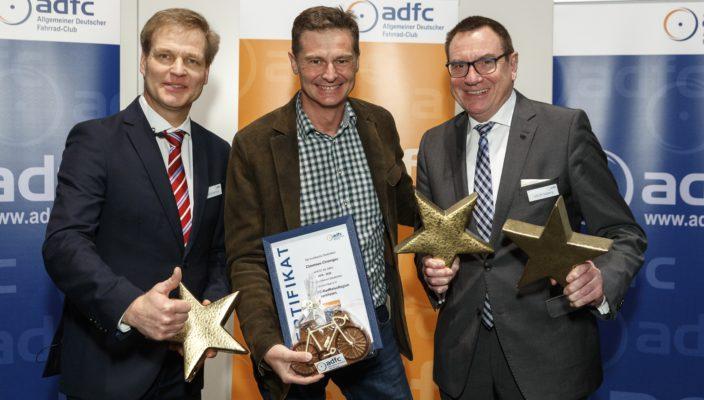 Große Freude über die Auszeichnung (von links): Frank Hofmann, stellvertretender ADFC-Bundesvorsitzender, CT-Geschäftsführer Stephan Semmelmayr, ADFC-Bundesvorsitzender Ulrich Syberg.