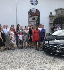 """Über ein ganz besonderes """"Kulturschmankerl"""" in der Festhalle in Aschau durften sich die Jugendbetreuer des Stadtjugendrings dank AVG Mercedes-Benz freuen."""