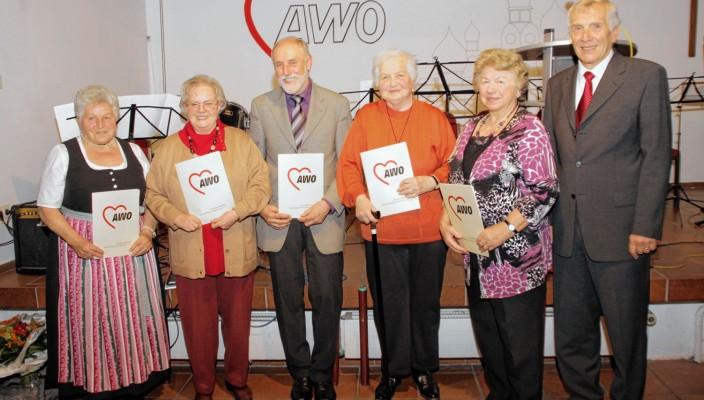 Anne Dittmann, Rosemarie Langner, Emil Maier, Annemarie Schuster, Herta Vogel und AWO Kreisvorsitzender Herbert Weißenfels. Foto: re