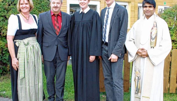 Einrichtungsleitung Dorothea Sedlacek, AWO-Kreisvorsitzender Peter Kloo, Pfarrerin Hannah von Schröders, Bürgermeister Philipp Bernhofer und Kaplan Pater Joschy (von links).