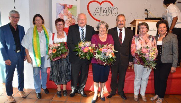 AWO-Kreisvorsitzender Peter Kloo (Dritter von rechts) nahm zusammen mit der stellvertretenden Landrätin Alexandra Burgmaier (rechts), Christian Willwerth, Leiter Bürgerschaftliches Engagement beim AWO-Bezirksverband (links) und Katrin Sonnenholzner, stellvertretende AWO-Landesvorsitzende (Zweite von links) die Ehrung vor. Mit der Ehrenmedaille ausgezeichnet wurden (von links): Marianne Reitberger, Horst Freiheit, Anne Höffer von Loewenfeld und Elke Flender-Back. Foto: Schlecker