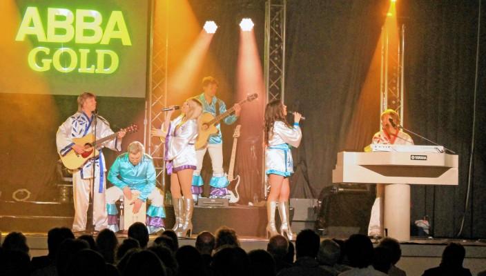 Schwelgen in Erinnerungen an den Glamour-Pop der 70er-Jahre, mit der mitreißenden Musik und dem typischen Sound von ABBA.