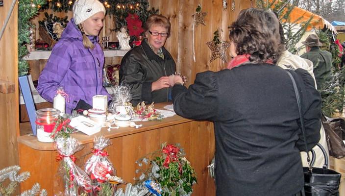 Liebevolle Geschenkideen finden Sie auf diesem netten Weihnachtsmarkt in Achenmühle. Foto: hö