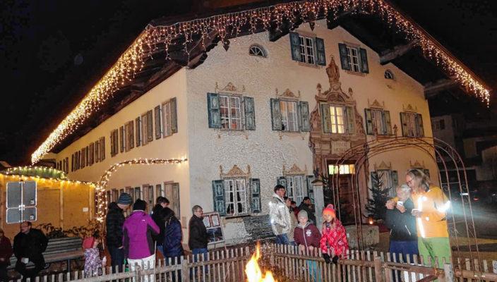 Das weihnachtlich beleuchtete Heimatmuseum zeigt die Werke von Bartholomäus Wappmannsberger. Foto: hö