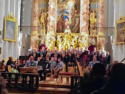 Der Liederkranz Rohrdorf unter Leitung von Richard Haimmerer, Rohrdorfer Musikanten wie das Blechbläserquintett, das Klarinettenquartett, die Rohrdorfer Stubnmusi, die Höllgrabn-Musi und der Frauendreigesang laden wieder ein zum traditionellen Adventssingen am 4. Adventssonntag, 18. Dezember, um 19.30 Uhr in die Rohrdorfer Pfarrkirche St. Jakobus zur besinnlichen Einstimmung auf das Weihnachtsfest. Die verbindenden Texte spricht wie im Vorjahr Jakob Opperer. Der Eintritt ist frei, alle Spenden werden sozialen Zwecken zugeführt.