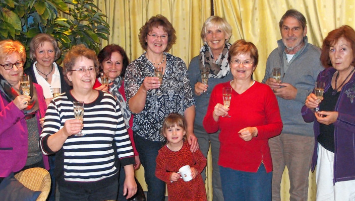 Die Gründungsmitglieder, von links nach rechts: Marie-Luise Kurzmann, Christina Bommer, Anna Wurm, Christina Kaiser, Renate Hermann, Barbara Wüstermann, Margit Menne, Heinz Jaklitsch, Waltraut Schäfer mit Sophia in der Mitte.