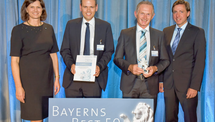 CEO, Karl Nothaft, Mitte rechts und CSO, Simon Grein, Mitte links, nehmen für AIDe die Auszeichnung Bayerns Best 50 entgegen.