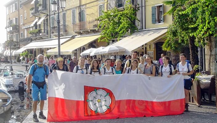 Die Alpenüberquererinnen der Mädchenrealschule und ihr Bergführer Peter Birle wurden in Lazise jubelnd empfangen.