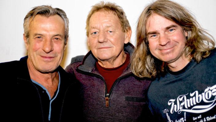 Günter Dzikowksi, Wolfgang Ambros und Roland Vogel, von links, stehen zusammen auf der Bühne.
