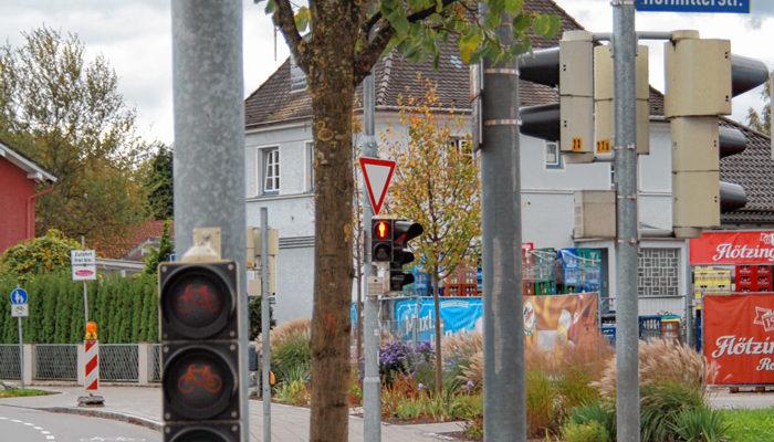 Die Fußgänger haben bereits Rot, Radler noch Grün; manche Autofahrer achten nicht richtig darauf.