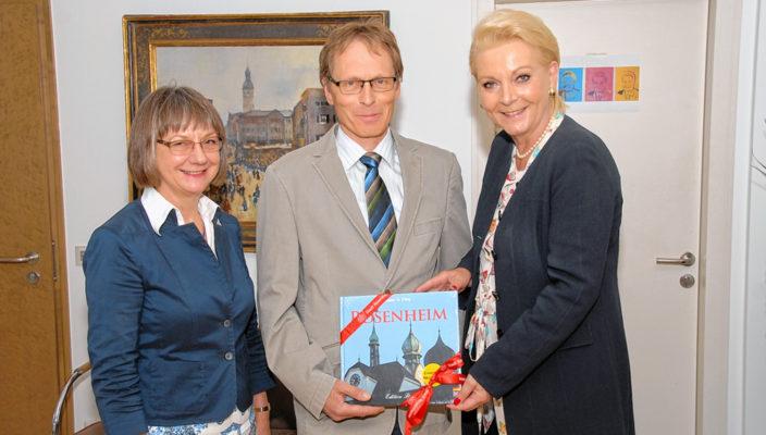 Von links: Amtsgerichtsdirektorin Helga Gold, Albert Dirnberger, Geschäftsleiter Amtsgericht Rosenheim, und Oberbürgermeisterin Gabriele Bauer. Foto: Trux