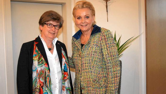 Von links: Schulleiterin Brigitte Würth und Oberbürgermeisterin Gabriele Bauer im Rathaus. Foto: re