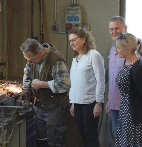 Von links: Christian Z., Elisabeth Röckl-Larasser (Fa. Larasser-Bergmeister), Herbert Maurer (Job-Coach) und Sonja Bert (Arbeitsvermittlerin Jobcenter Rosenheim Stadt.