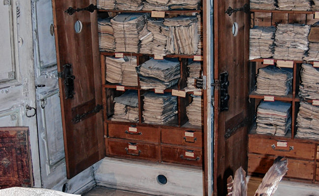 Blick in das Archiv vor der Restaurierung.