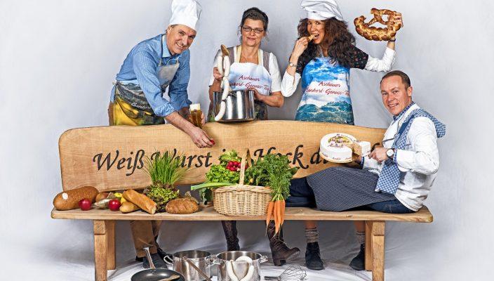 Die beiden zertifizierten Gästeführerinnen der neuen Aschauer Bankerl-Genuss-Tour Martina Glatt (Zweite von links), Heddy Hoesch (Dritte von links) und Aschaus Erster Bürgermeister Peter Solnar (links), Aschaus Tourismuschef Herbert Reiter (rechts). Foto: Josef Reiter