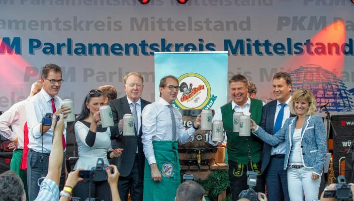 Betriebsleiter Weißer Rabe, Herr Arnold Linke, Pro Arbeit Geschäftsführerin Claudia Georgi, stellvertretender Vorsitzender Pro Arbeit Kaspar Öttl, Auerbräu-Geschäftsführer Ferdinand Steinacher (von links)