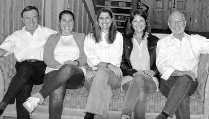 Das Schauspieler-Trio Schuler, Binzer und Schauer (links, mittig, rechts) freuen sich zusammen mit den Damen der Redaktion vom Wendelsteinkalender über die Theatertermine in Raubling im Herbst diesen Jahres! Der Vorverkauf startet ab 1. Juli über die OVB Geschäftsstellen.