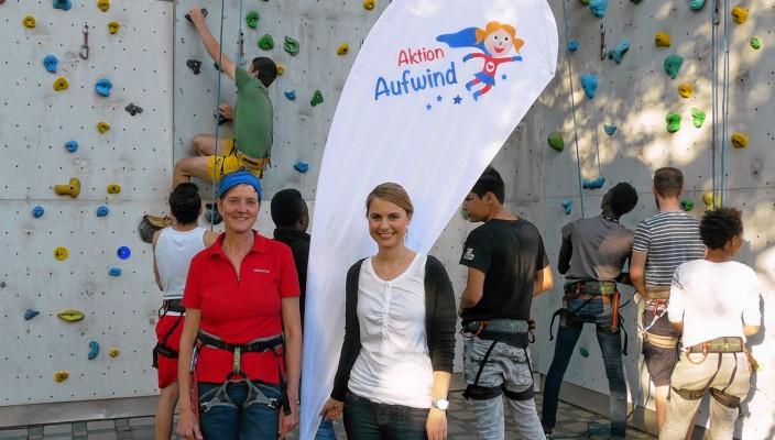 Alexa Hubert (rechts) besuchte Teilnehmer des Kletterprojektes, das Ute Hoffmann auch für Rosenheim ins Leben gerufen hat. Foto: Sparkassenstiftungen Zukunft