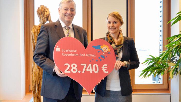 Alexa Hubert, geschäftsführendes Vorstandsmitglied der beiden Sparkassenstiftungen Zukunft, nahm die Spende aus den Händen von Sparkassen-Vorstandsvorsitzendem Alfons Maierthaler entgegen.