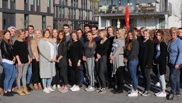 Schulleiterin Petra Leschner (links), stellvertretende Pflegedirektorin Andrea Rosner (Dritte von rechts) und ihre Kolleginnen und Kollegen begrüßten die neuen Schülerinnen und Schüler der OTA- und ATA-Schule. Foto: RoMed Kliniken
