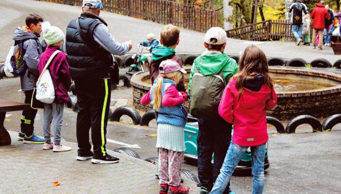 """Der Ausflug in den Freizeitpark Ruhpolding: für viele Familien und Kinder in der Region ist die Einladung der """"Aktion Aufwind"""" etwas Besonderes. Foto: Sparkassenstiftungen Zukunft/Aktion Aufwind"""