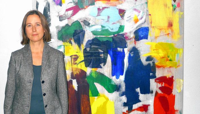 Künstlerin Ingrid Floss mit einem ihrer Werke. Foto: Margrit Jacobi