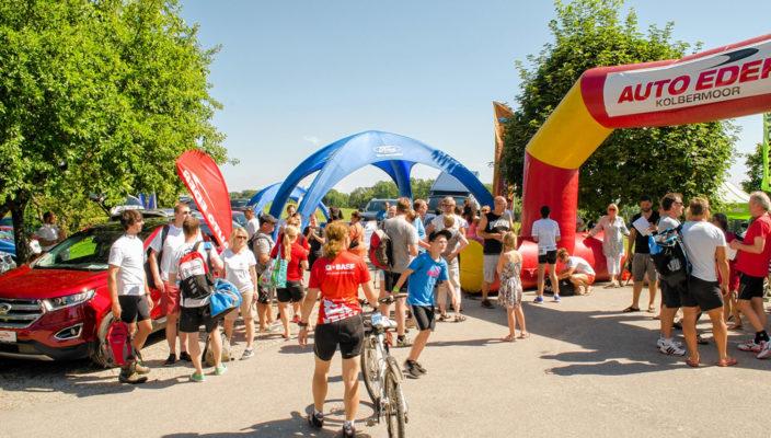 Veranstalter Auto Eder Kolbermoor präsentiert sich beim Start- und Zielbogen des Triathlons.
