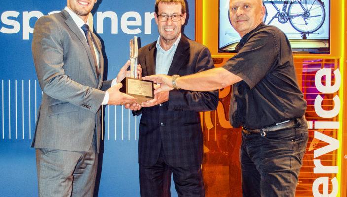 Von links: Jiannis Peters, Ford Repräsentant Service & Teile; Willi Bonke, Geschäftsführer Auto Eder Kolbermoor; Werner Zink, Serviceleiter Auto Eder Kolbermoor.