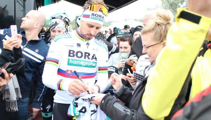 Noch vor dem Start gab Sagan auf der Bühne ein Interview und war für Autogramme und Selfies begehrt.