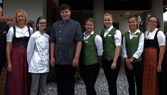 Das Bild zeigt von links: Thomas und Theresa Albrecht (Inhaberfamilie), Vanessa Bucchi, Tobias Kloo, Barbara Ull, Theresa Franz, Magdalena Morgott, Johanna Evans, Johanna Mayr.