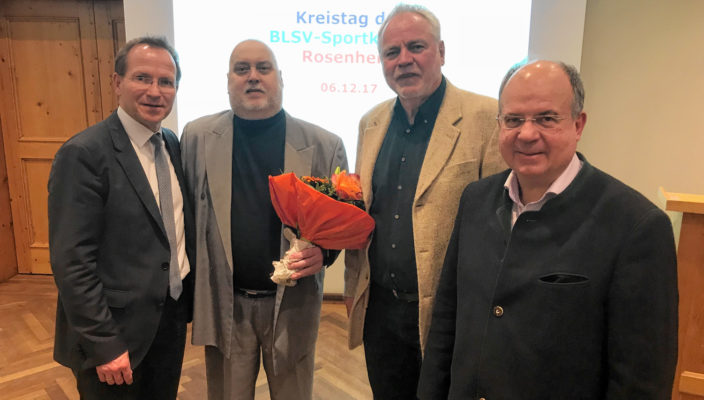 BLSV-Vizepräsident Jörg Ammon (links) und Bezirksvorsitzender Otto Marchner (rechts) dankten dem bisherigen Kreisvorsitzenden Walter Mayr (Zweiter von links) und seinem Stellvertreter Werner Gartner für ihre großen Verdienste um den Breitensport.