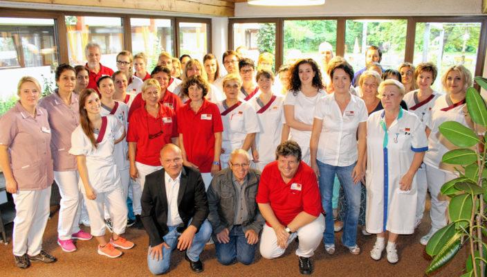 Ein Teil des Teams vom Seniorenwohnen Küpferling um Leiter Andreas Girndt, vorne links. Foto: nu