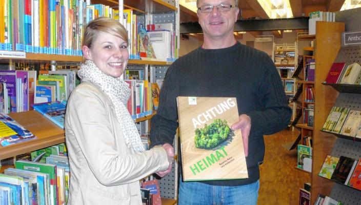 Im Namen der Bund Naturschutz Kreisgruppe Rosenheim überreichte Klaus Jordan an Monika Bachmeier der Stadtbibliothek Rosenheim den Bildband als Geschenk für ihren Bibliotheksbestand.